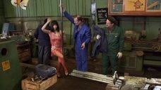 Ирина Медведева тестирует шесты на заводе