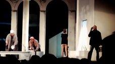 Попа Дарьи Мельниковой в спектакле «Язычники»