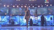Славы демонстрирует стройные ножки на сцене