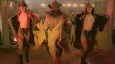 Девки топлесс танцуют на сцене