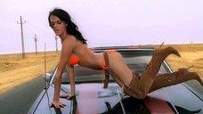 Певица Слава в купальнике в клипе «Попутчица»