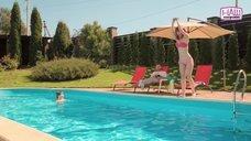 Юлия Шугар в купальнике прыгает в бассейн