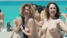 Обнаженные Киара Франчини и Сара Фельбербаум бегут по нудистскому пляжу