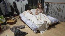 Красотка Наталия Антонова прикрывается одеялом
