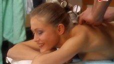 Эльвире Болговой делают массаж