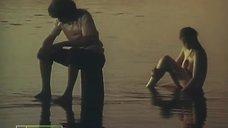 Обнаженная Индра Бурковска купается в реке