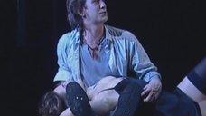 Светлана Илюхина засветила голую грудь в спектакле «Пер Гюнт»