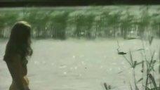 Обнаженная Астрида Кайриша заходит в реку