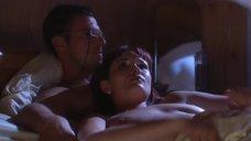 Девушка топлесс в постели