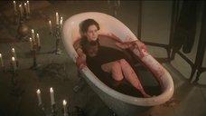 Юлия Снигирь принимает ванну из крови