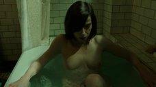 6. Салли Хокинс мастурбирует в ванне – Форма воды