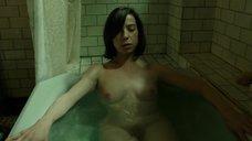 8. Салли Хокинс мастурбирует в ванне – Форма воды