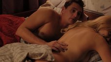 Раздетая Оля Полякова лежит в постели