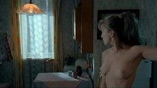 Дарья Мороз рассматривает свои сиськи в зеркале