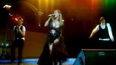 3. Анна Семенович в откровенном наряде на концерте в Нефтеюганске
