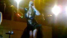 Анна Семенович в откровенном наряде на концерте в Нефтеюганске