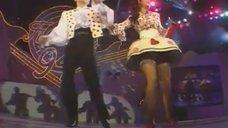 2. Наташа Королева светит трусиками на концерте