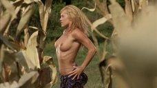 Обнаженная Дарси Фауэрс в кукурузном поле
