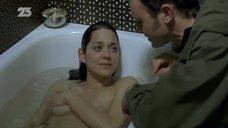 Марион Котийяр засветила сосок в ванне