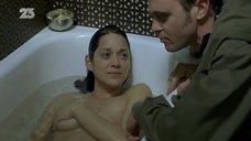 4. Марион Котийяр засветила сосок в ванне – Ты и я