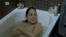 5. Марион Котийяр засветила сосок в ванне – Ты и я