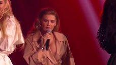 1. Миша Романова засветила голую грудь на сцене