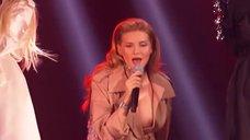 2. Миша Романова засветила голую грудь на сцене