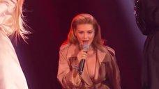 4. Миша Романова засветила голую грудь на сцене