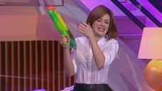 Анастасия Заворотнюк в мокрой рубашке на шоу «Настя»
