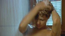 Екатерина Климова принимает душ
