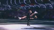1. Мария Кожевникова показывает свою растяжку на шоу ''Лед и пламень''
