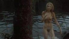 Полностью обнаэженная Ева Веймелкова выходит из воды