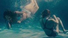 Сирша Ронан и Одейя Раш плавают в бассейне