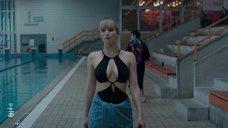 1. Дженнифер Лоуренс привлекает внимание в бассейне – Красный воробей