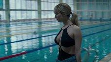 4. Дженнифер Лоуренс привлекает внимание в бассейне – Красный воробей