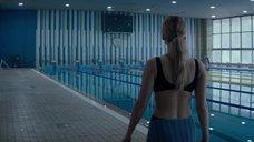 5. Дженнифер Лоуренс привлекает внимание в бассейне – Красный воробей