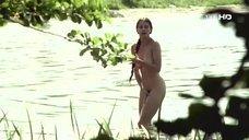 Полностью обнаженная Рената Данцевич купается в реке
