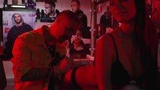 6. Развратная Яна Кошкина взяла в рот розу в клипе Тимати и Егора Крида «Гучи»