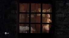 2. Парни рассматривают голую грудь Камиль Фенсии – Пансионат Борегар