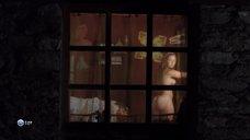 3. Парни рассматривают голую грудь Камиль Фенсии – Пансионат Борегар