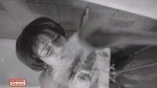Марина Александрова моется под душем