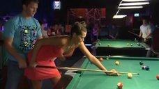Анна Антонова учится играть в бильярд