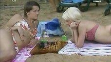 Анна Антонова и Евгения Крегжде в купальниках на пляже