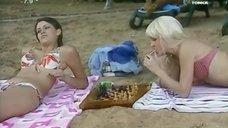 2. Анна Антонова и Евгения Крегжде в купальниках на пляже – Женская лига