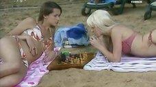 3. Анна Антонова и Евгения Крегжде в купальниках на пляже – Женская лига