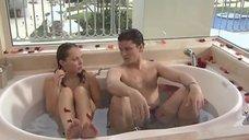 Мокрая Галина сидит в ванне