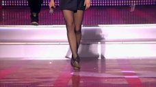 Стройные ноги Юлии Ковальчук на концерте