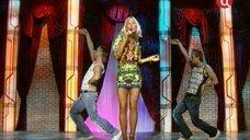 1. Юлия Ковальчук в коротком платье на сцене