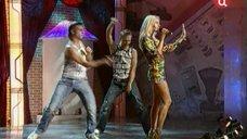 5. Юлия Ковальчук в коротком платье на сцене