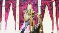 6. Юлия Ковальчук в коротком платье на сцене